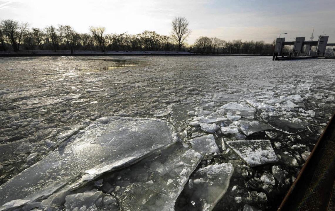 Ungewohntes Bild: Dicke Eisschollen trieben Anfang Januar auf dem Neckar.     | Foto: ddp