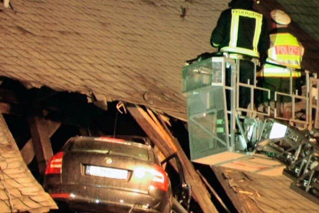 Auto fliegt in Kirchendach