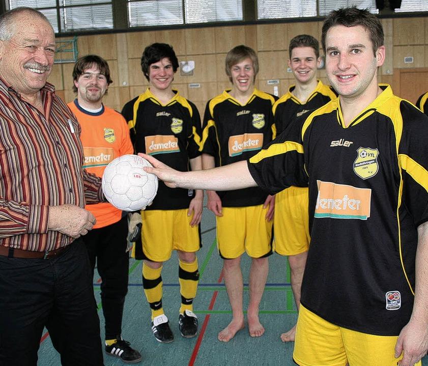 Turnierleiter Rudi Kleiser (links) übe...mpp vom VfL Riedböhringen, einen Ball.    Foto: maurer
