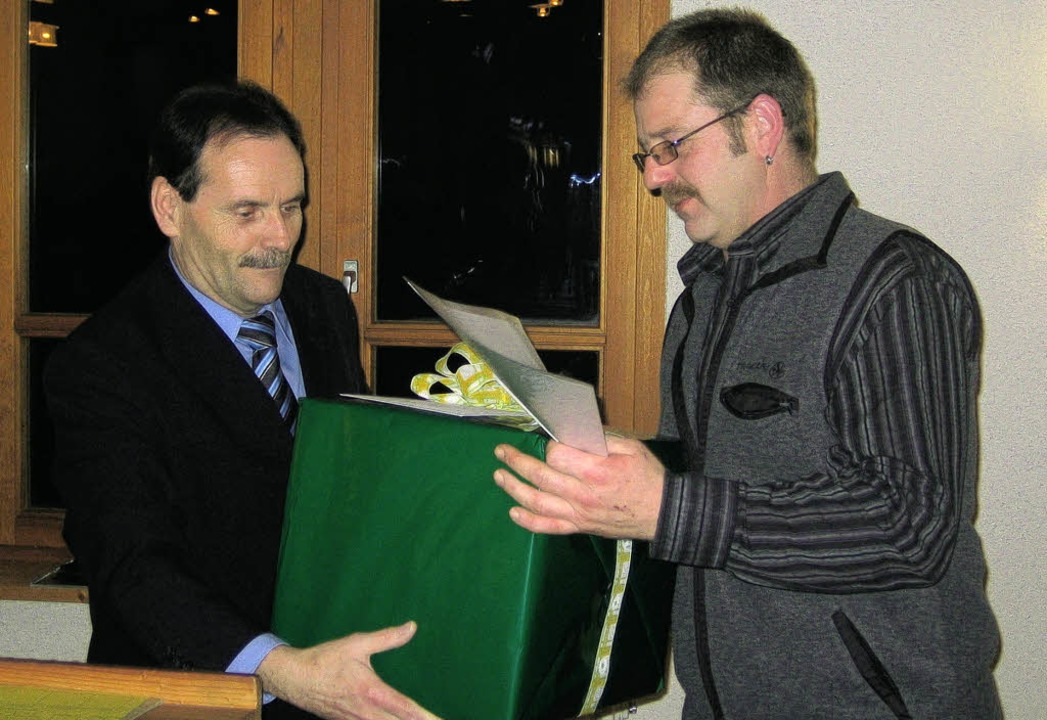 Beim  Neujahrsempfang  ehrte  Hägs  Bü...hen Dienst  mit  einem  Geschenk.       | Foto: Paul  Berger