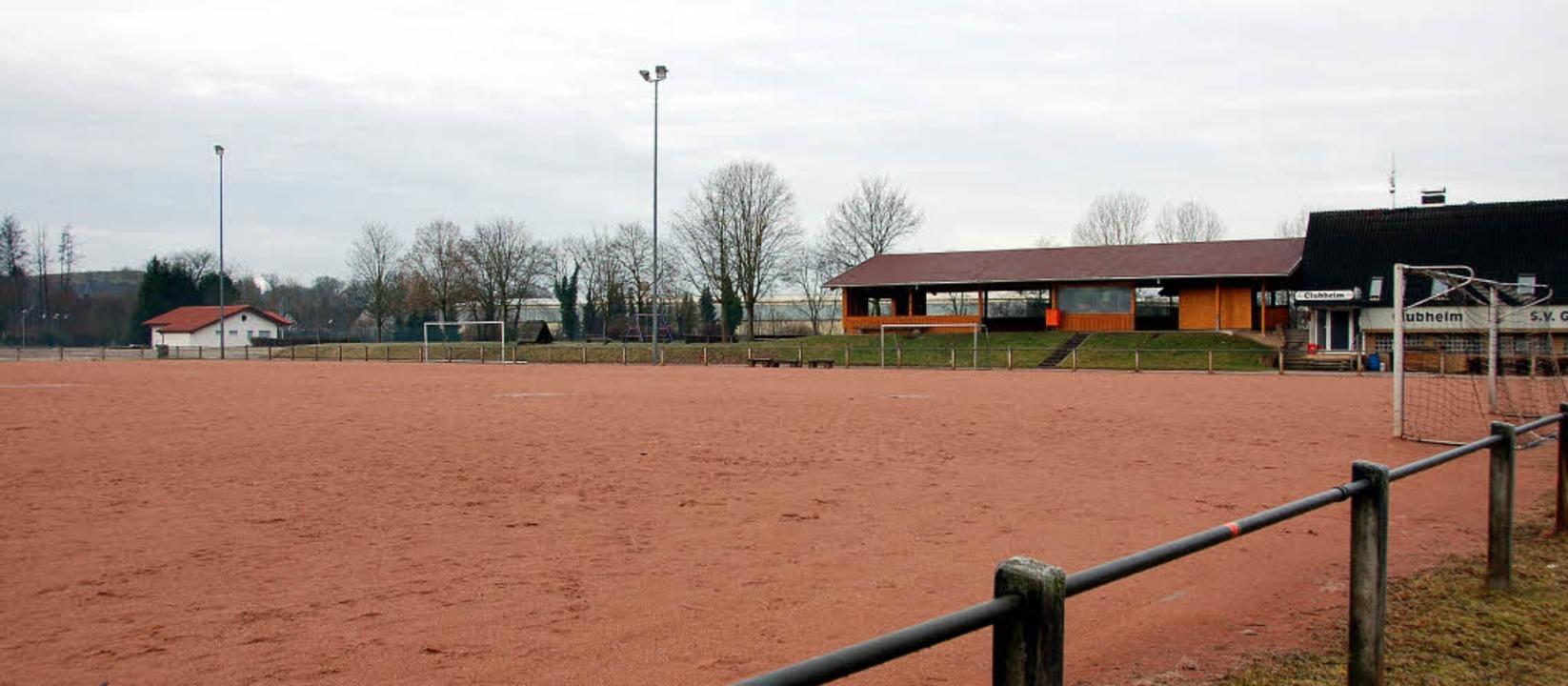 Der frisch sanierte Hartplatz  des SV ...gola des SV (Mitte) wird versetzt.      | Foto: SEBASTIAN EHRET