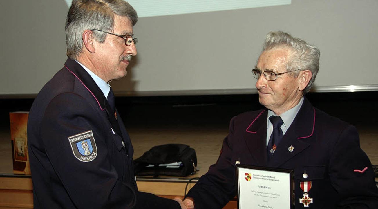 Die Ehrennadel des Kreisfeuerwehrverba...rechts)  für sein 50-jähriges Wirken.   | Foto: manfred frietsch