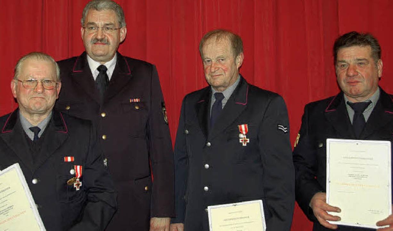 Für 40 Jahre im aktiven Feuerwehrdiens... mit dem Ehrenzeichen in Gold geehrt.     Foto: Pia Grättinger