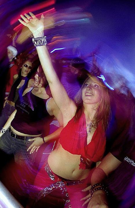 Vorsicht in der Disco: Im Getränk könnten K.-o.-Tropfen sein.    Foto: Ddp