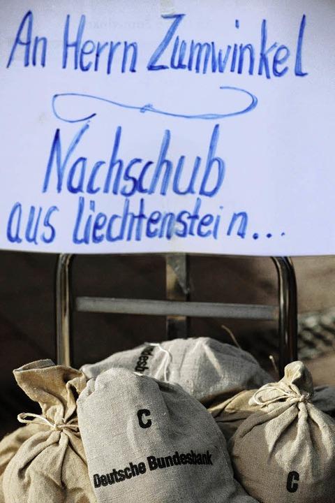 Protestaktion beim Zumwinkel-Prozess    Foto: DDP