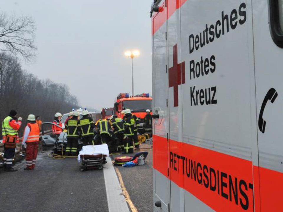 Die Rettungskräfte bei der Arbeit.  | Foto: Patrick Seeger