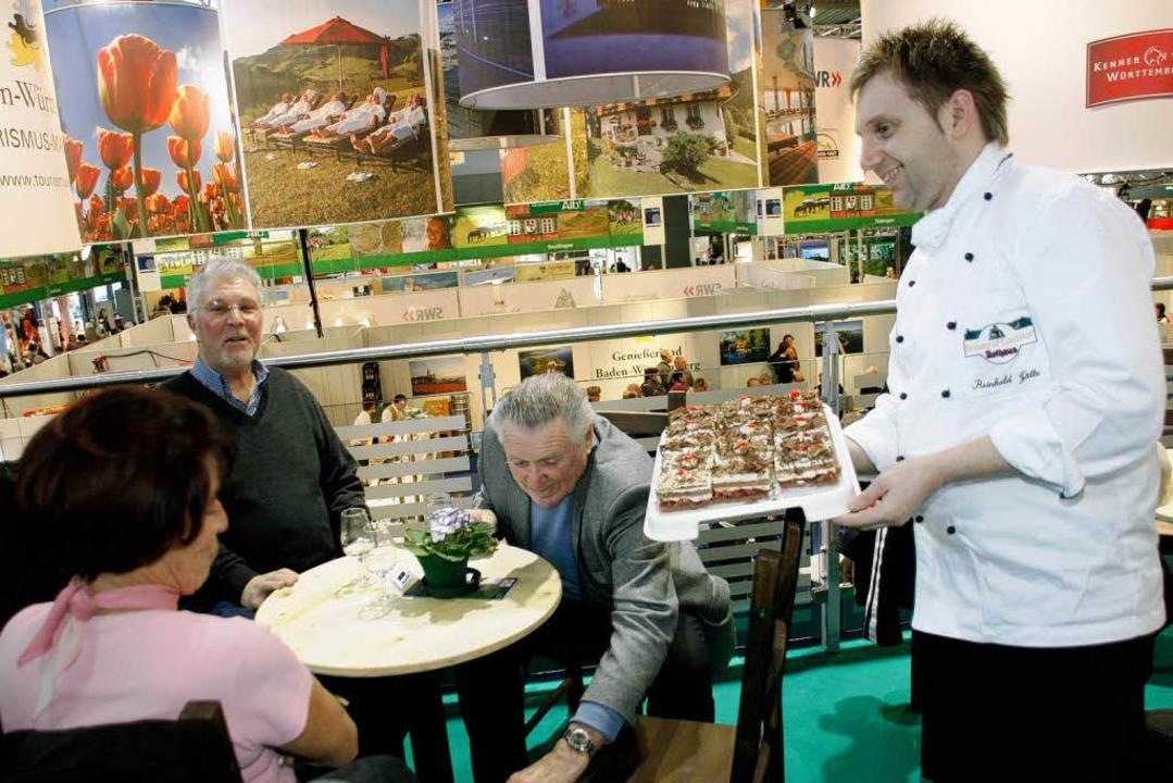 Küchenchef Reinhold Götte  vom Brauere...d serviert auf der CMT  Spezialitäten.  | Foto: Wilfried Dieckmann