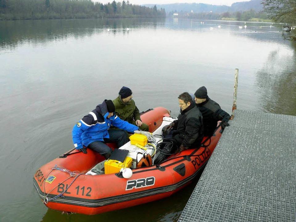 An Bord des roten Schlauchboots arbeiten Experten aus drei Ländern zusammen.    Foto: Polizei