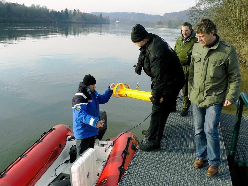 Mit  dem Sonargerät wird das Rheinbett  untersucht.    Foto: Polizei
