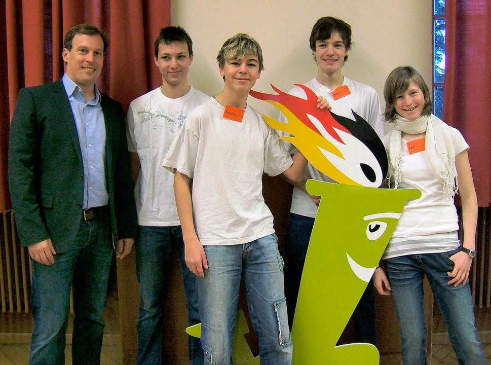 Lehrer P. Heil, Daniel Lorenz (15), Ma...alschule aus Kirchzarten  (von links).