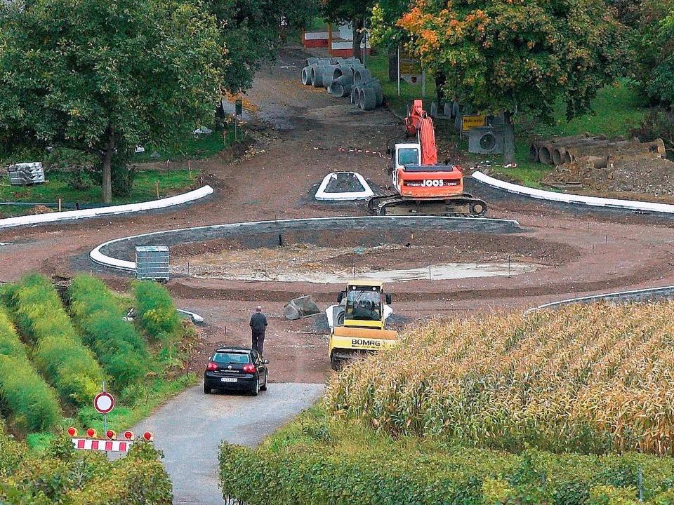 Der zweite Kreisverkehr auf der L125, als er sich noch im Bau befand.     Foto: Gollrad