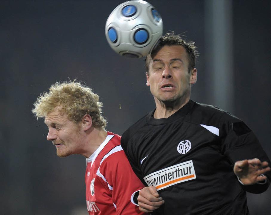 Tommy Bechmann ( l.) im Zweikampf mit dem Mainzer Nikolce Noveski.  | Foto: ddp