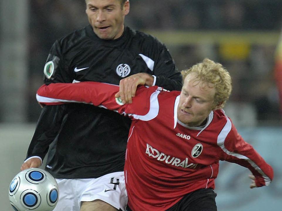 Tommy Bechmann im Zweikampf mit Nikolce Noveski.  | Foto: ddp
