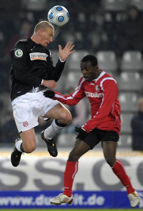 Eke Uzoma spielt gegen den Mainzer Chadli  Amri.  | Foto: ddp