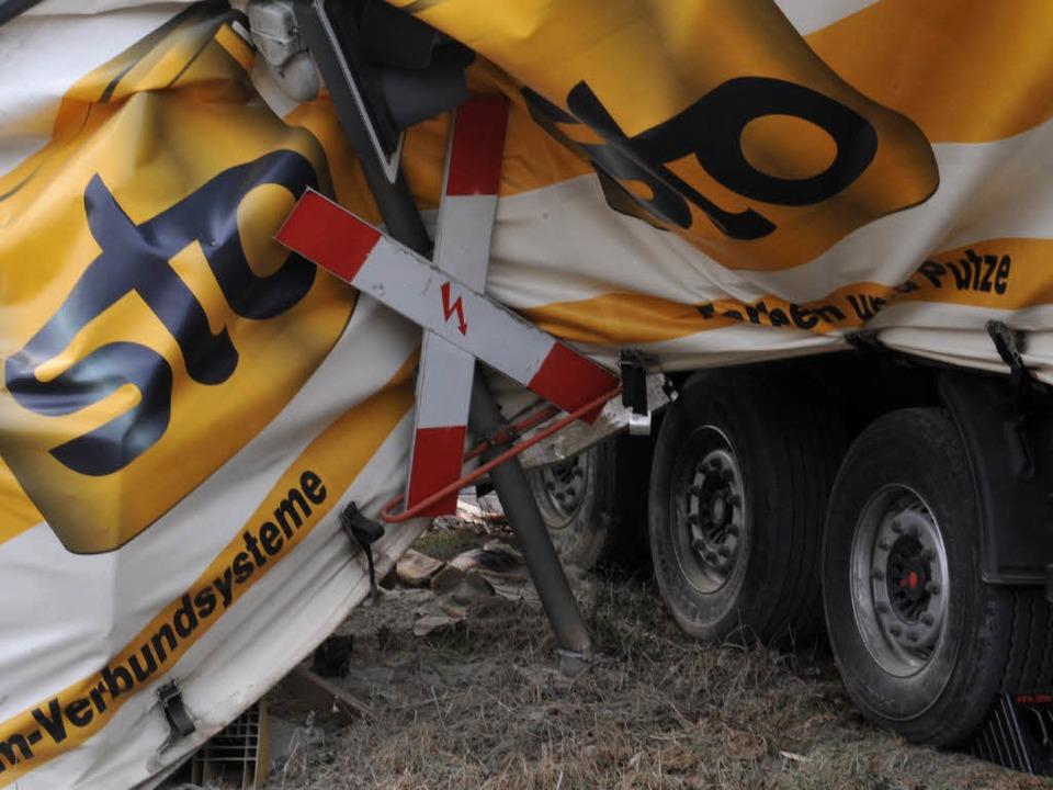 Der Laster wurde schwer beschädigt.  | Foto: dpa