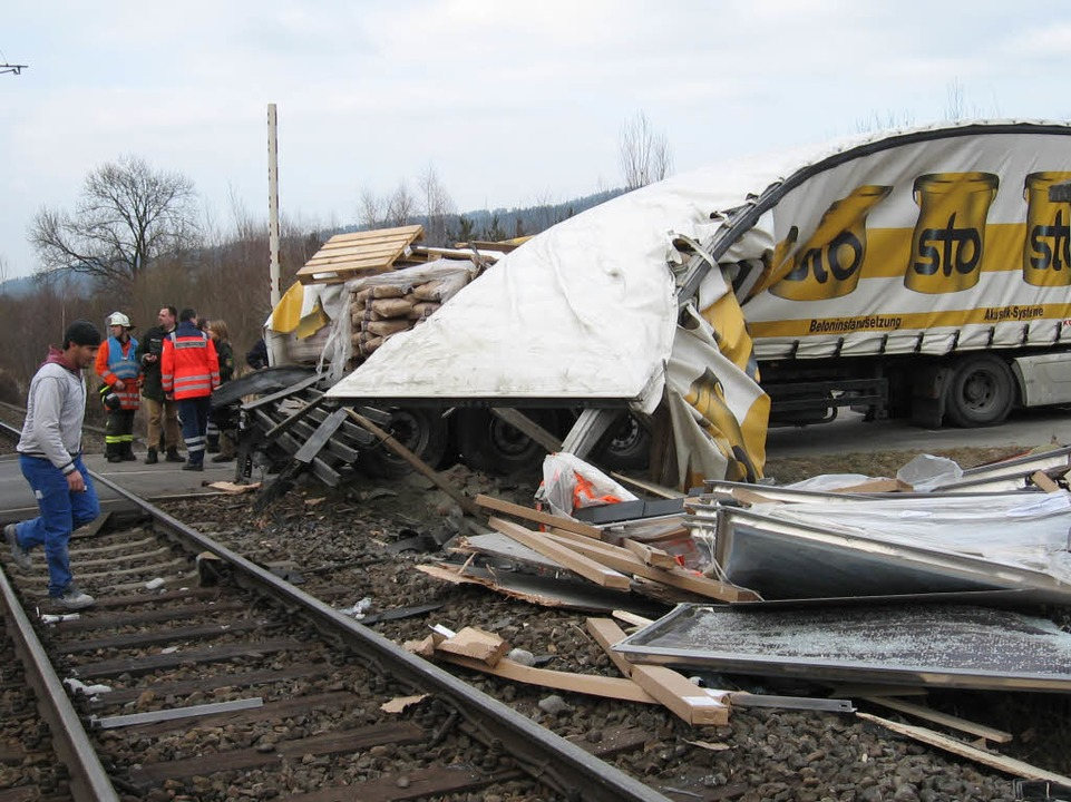 Hier, am Bahnübergang Bruckmühle, rammte der Zug den LKW.  | Foto: Andreas Peikert