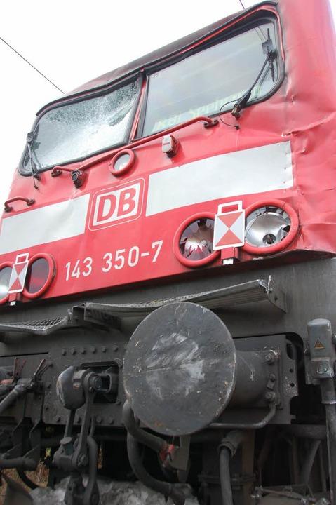 Auch die Lok des Regionalzugs wurde beschädigt.  | Foto: Franz Dannecker