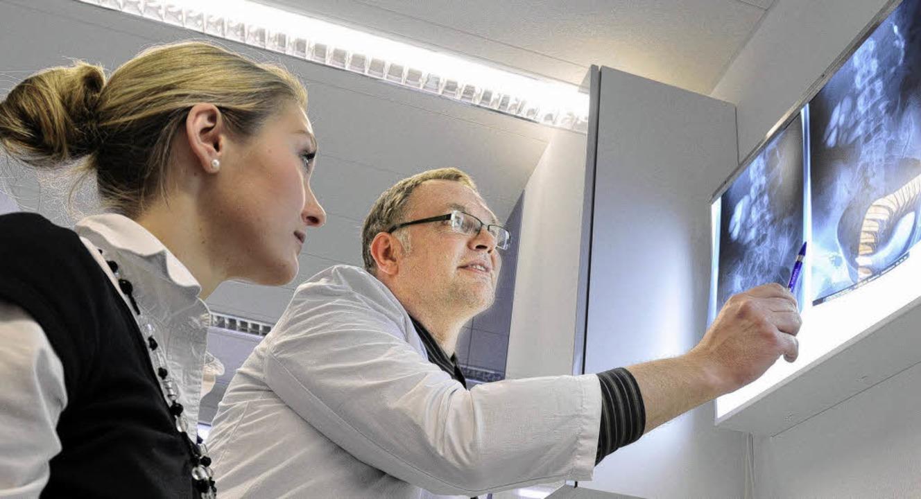 Der Freiburger Urologe Thomas Kreutzig...erin das Röntgenbild eines Patienten.   | Foto: Schneider