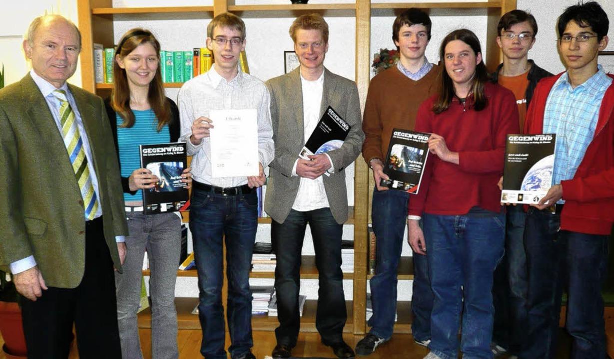 Schulleiter Bernhard Schmidle (von lin...ina zum  Erfolg ihrer ersten Zeitung.   | Foto: Wolfgang Mayer