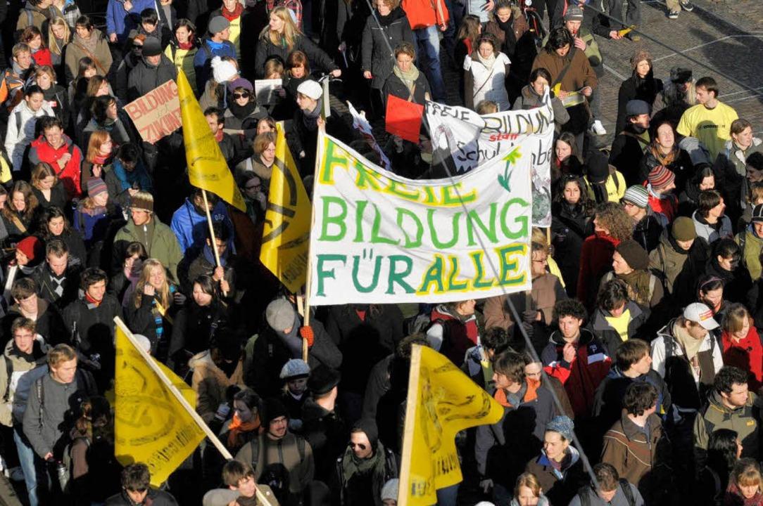 Rund 2000 Menschen protestierten gegen Studiengebühren.  | Foto: Ingo Schneider