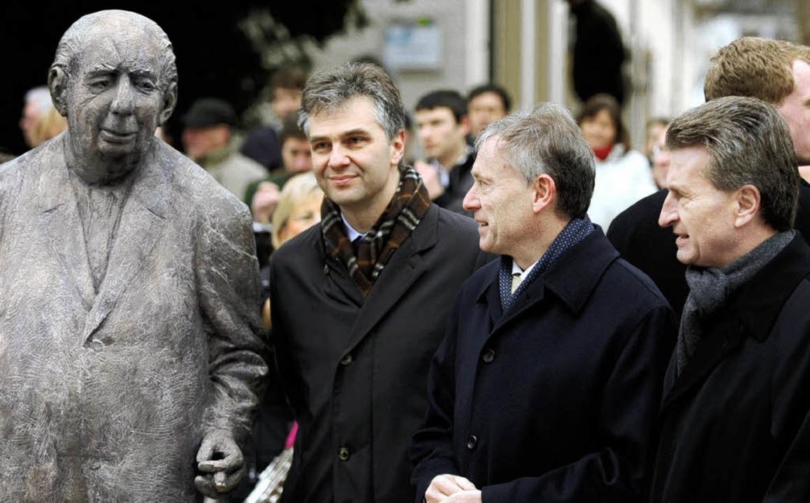 Nicht alle Gäste der Enthüllungsfeier,...euss in seinem Denkmal gut getroffen.   | Foto: dpa