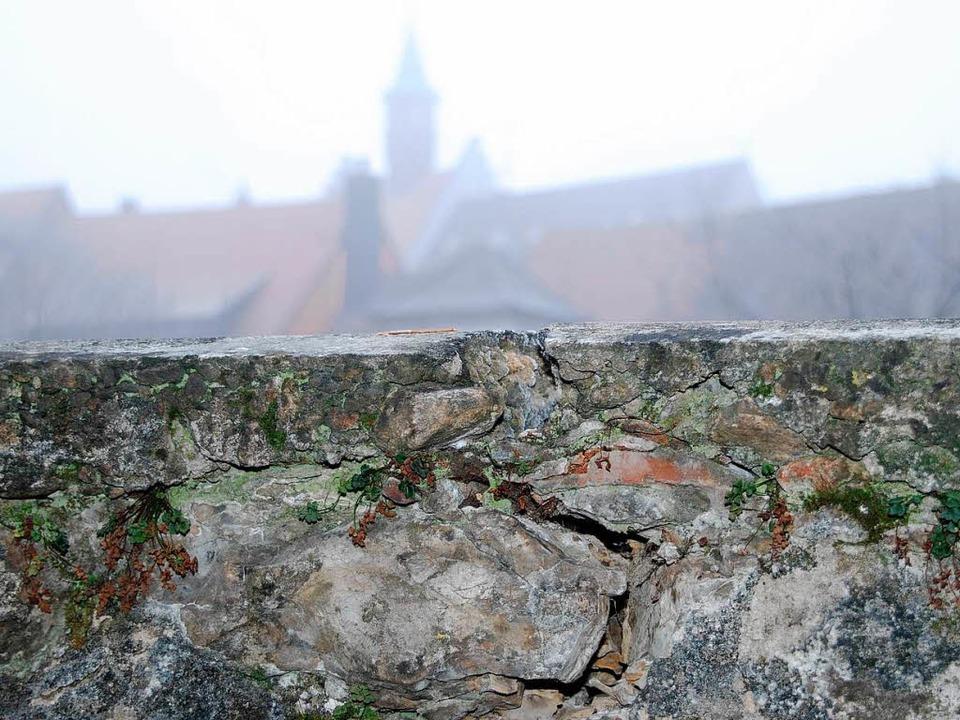Ein Hauptriss führt durch Staufen aufs historische Rathaus zu.  | Foto: Silke Kohlmann