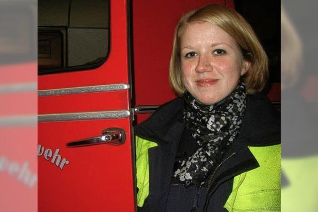 Eine Feuerwehrfrau hat ihren Piepser immer dabei