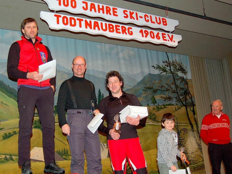 Bernd Schneider, Axel Rauch  und  Andr... für seinen Vater Fredy Boch entgegen.  | Foto: Ulrike Jäger