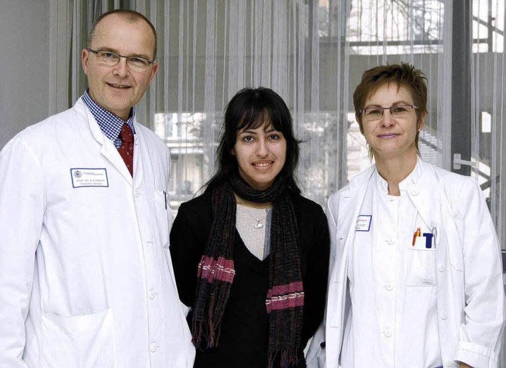 Magali bei der Entlassung aus der Uni-...Bernward Passlick und Dr. Mirjam Elze   | Foto: privat
