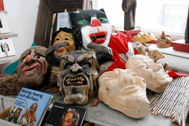 Narrenmasken sind ausgestellt