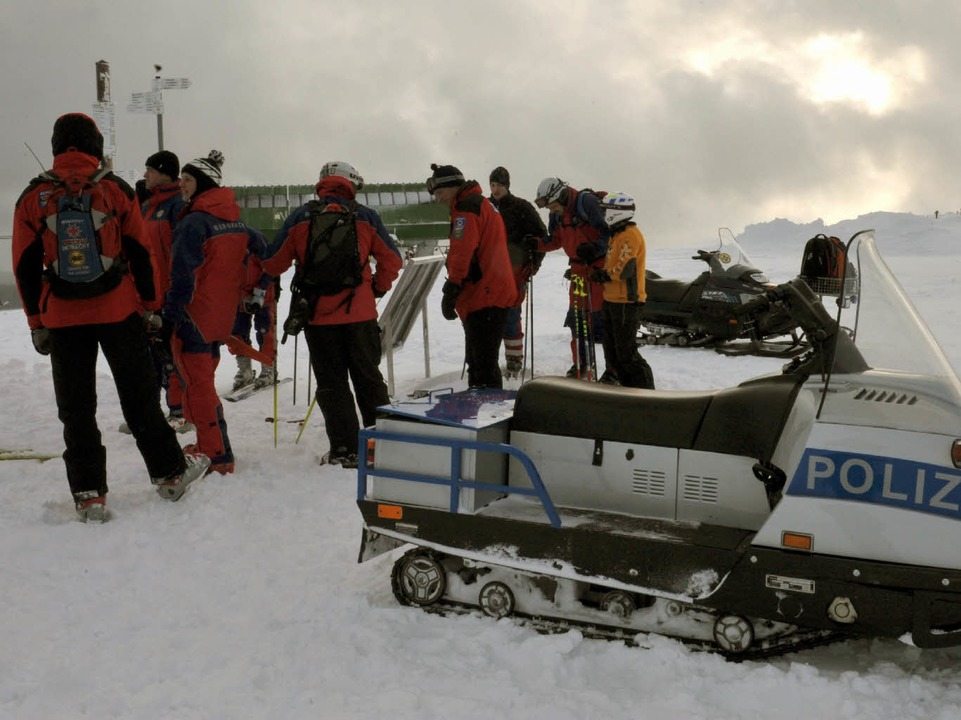 Die Bergwacht war mit Schneemobil im Einsatz.  | Foto: dpa