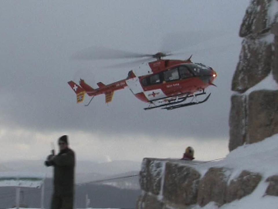 Ein Helikopter unterstützte die Rettun...ms am Boden mit einer Wärmebildkamera.  | Foto: Martin ganz