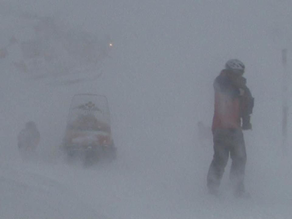 Widrige Wetterbedingungen und viel Neuschnee machten den Einsatz schwierig.  | Foto: Martin ganz