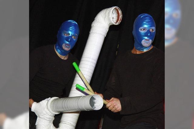 Blaue Männer beim Rot-Weiß-Ball