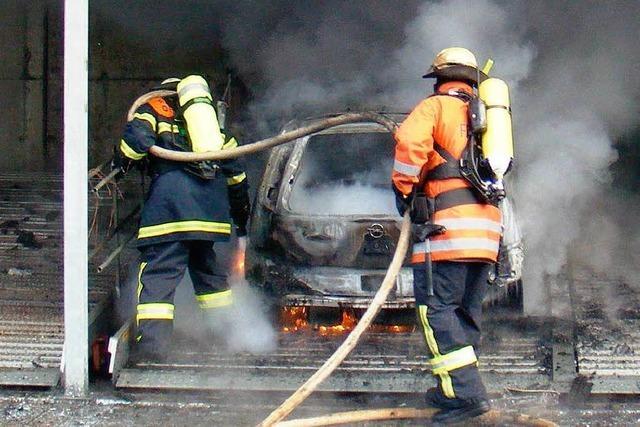 Vier Autos und ein Roller verbrennen im Carport