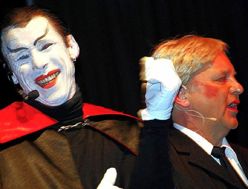 Eine Art Totentanz: Mephisto (Vogt) holt Banker Faust (Sterzel).  | Foto: Barbara Ruda