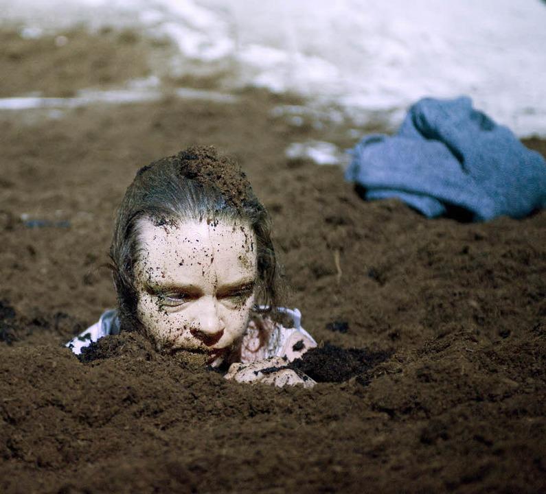 Tief im Schlamm: Elisabeth (Chantal Le Moign)  | Foto: judith schlosser