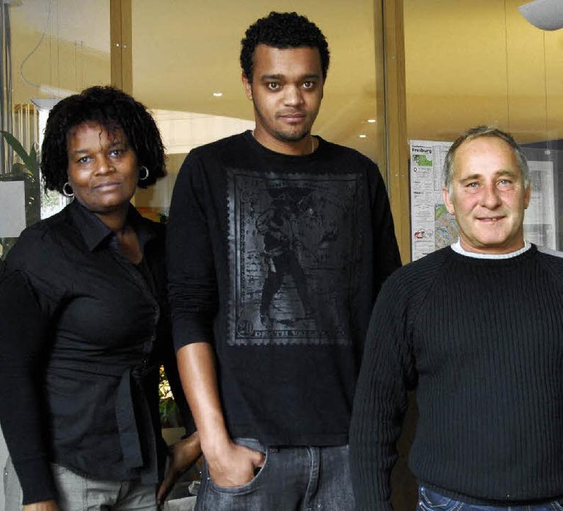 Rafael Brender (Mitte) und seine Mutte...io Würstlin (rechts) als Arbeitgeber.   | Foto: bamberger