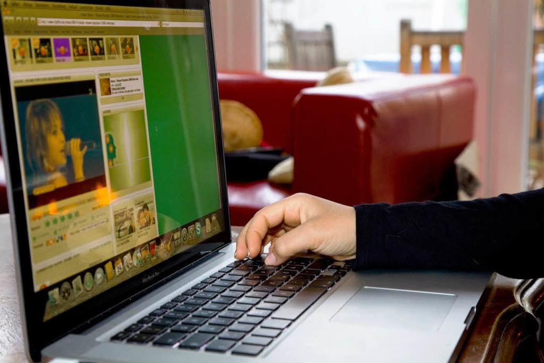 Bahar schaut sich ein Video von sich im Netz an...  | Foto: Dominic Rock