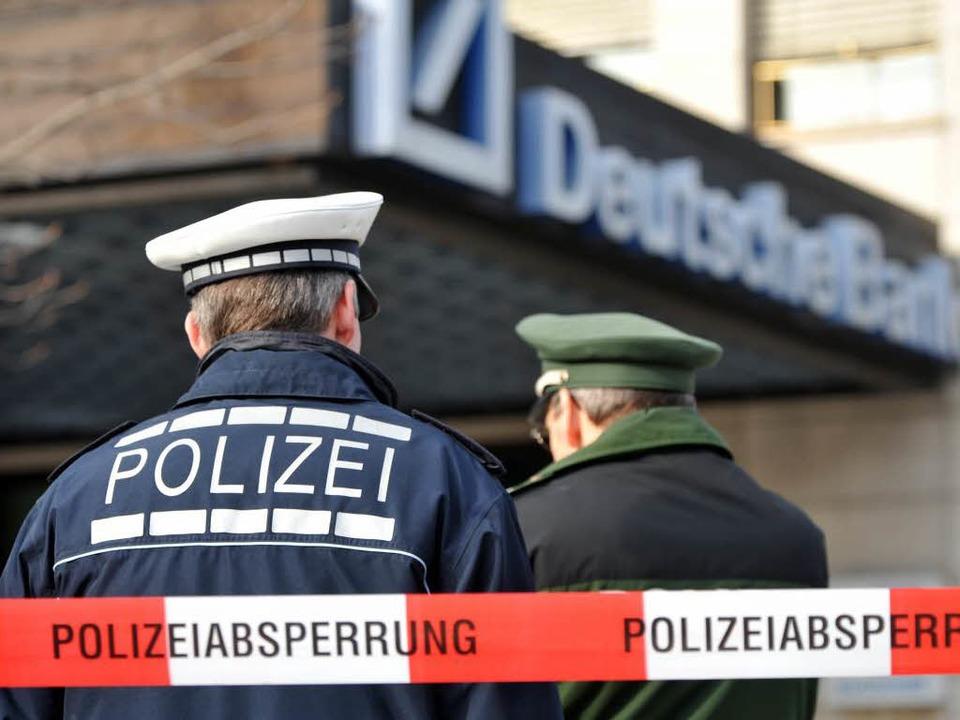 Das Gebäude der Deutschen Bank am Freiburger Rotteckring wurde evakuiert.  | Foto: Patrick Seeger