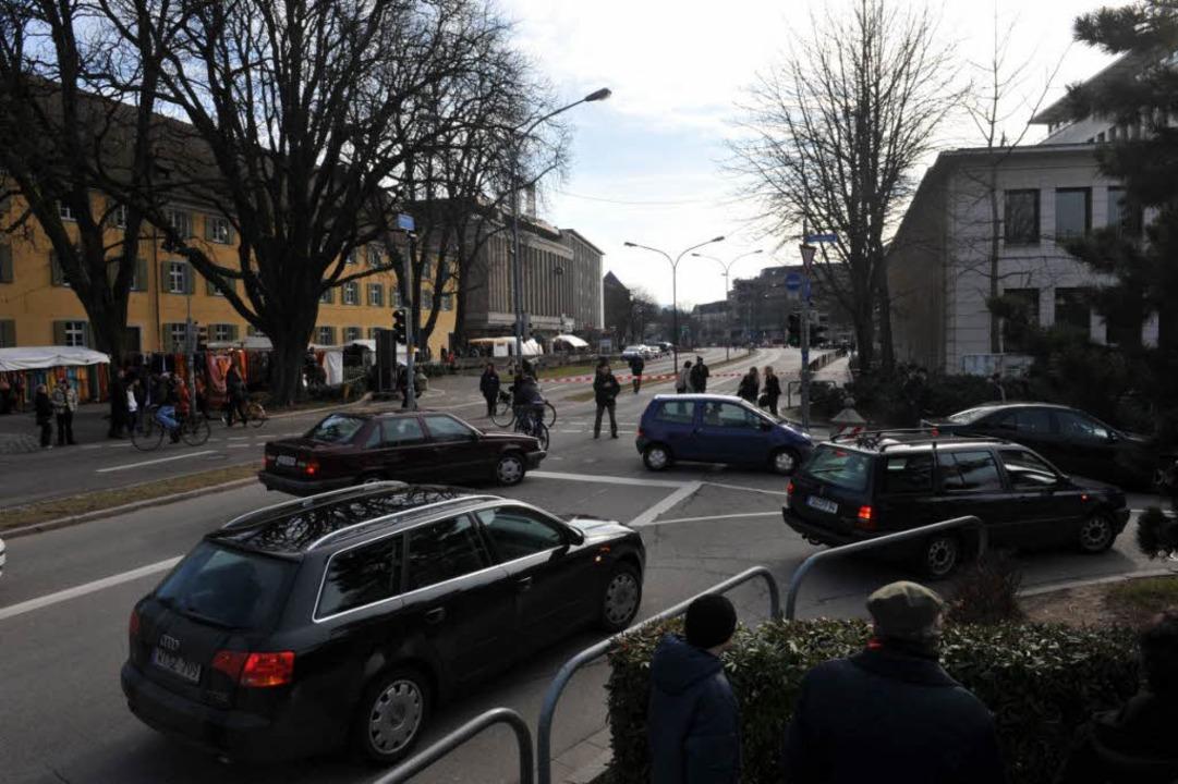 Die Polizei hat das Gebäude und den Rotteckring abgesperrt.  | Foto: Patrick Seeger