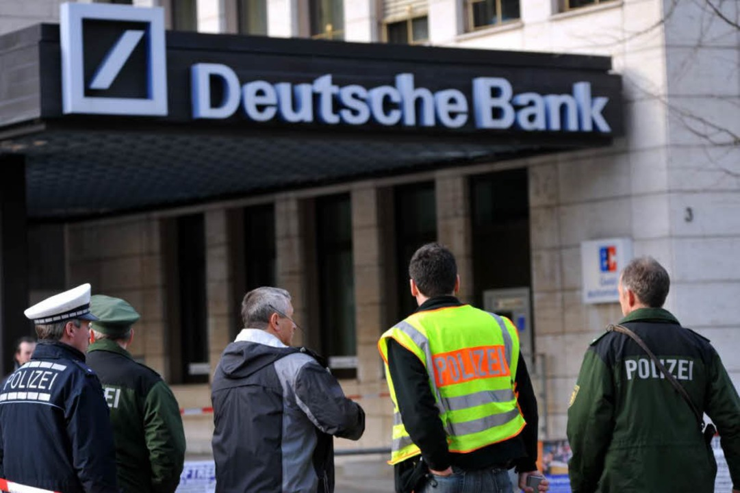 Bombendrohung auf die Deutsche Bank in Freiburg am Freitag.  | Foto: Patrick Seeger