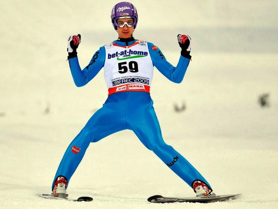 Martin Schmitt beim Wettbewerb von der Großschanze.  | Foto: dpa