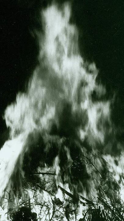 Auch in Schwarz-Weiß-Zeiten waren die Fasnachtsfeuer schon beeindruckend.   | Foto: Privat