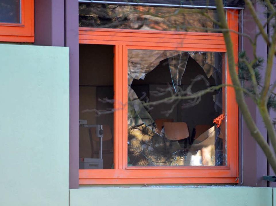 Polizisten entdeckten das eingeschlagene Fenster  | Foto: Patrick Seeger