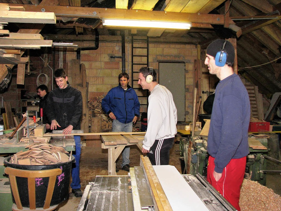 In einer Schreinerwerkstatt wurden die...das gespendete Holz zusammengetragen.   | Foto: ulrich Kluge