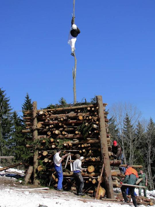 Der Holzstoß ist aufgerichtet.  | Foto: ulrich kluge