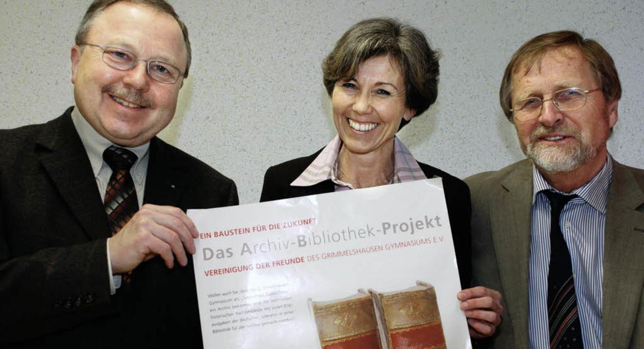 Einen finanziellen Baustein zum &#8222...n) und  Direktor Dietrich Mehrgardt.    | Foto: Gertrude Siefke