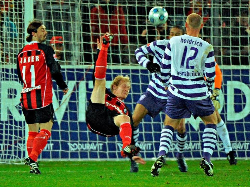 Akrobatisch: Tommy Bechmann erzielt das 1:0 gegen den VfL Osnabrück.    Foto: Michael Heuberger