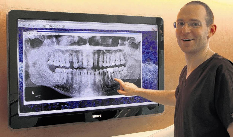 Röntgenbilder auf Breitwandmonitoren e... des Ärztehauses am Güterbahnhof.       | Foto: Huber